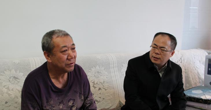 县委常委、纪委书记、监委主任胡景春慰问劳动模范
