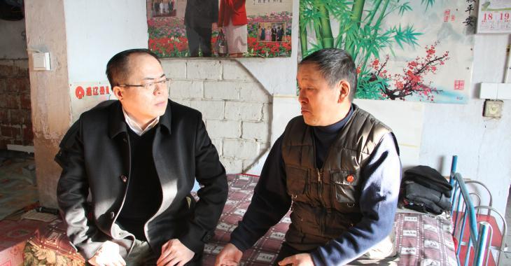 县委常委、纪委书记、监委主任胡景春慰问贫困党员