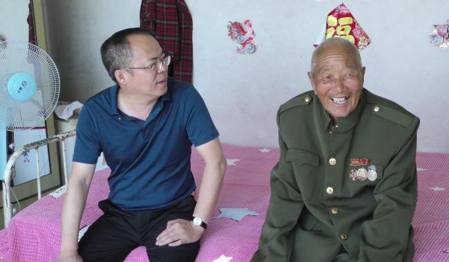 市监委委员、县委常委、纪委书记胡景春走访慰问退役士兵